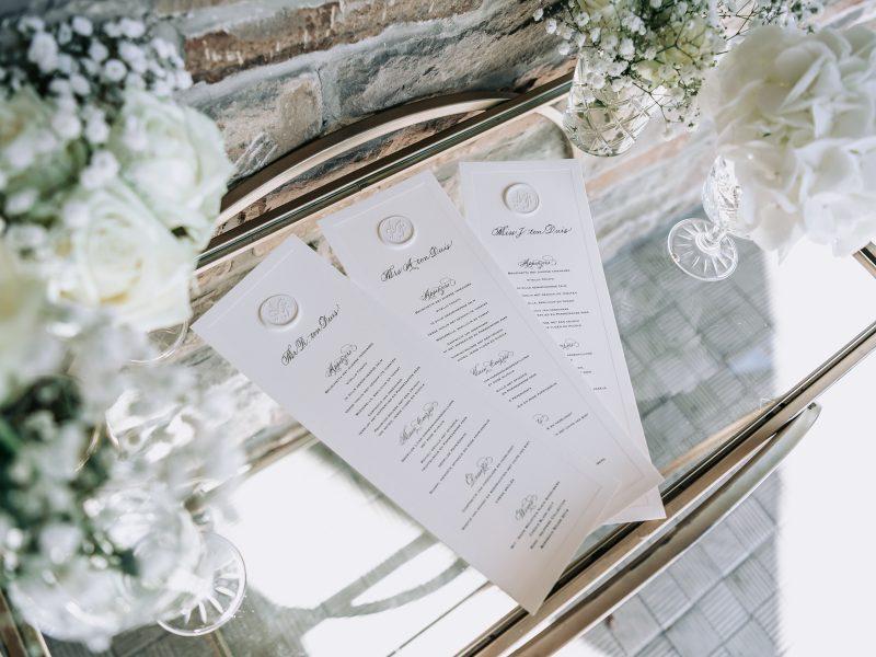 Combinatie van kalligrafie en gedigitaliseerde kalligrafie op menukaart